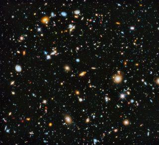 La Hubble Ultra Deep Field (HUDF) è stata ripresa tra il 24 settembre 2003 e il 16 gennaio successivo mostra che stelle e galassie già dominavano l'Universo 13 miliardi di ani fa. Questo campo è circa un decimo della luna piena ma contiene qualcosa come dieci mila galassie! Credit: NASA