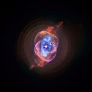 """La nebulosa """"Occhio di Gatto"""" generata da una stella gigante tipo AGB."""