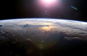 In questa immagine del 2007 ripresa dalla Stazione Spaziale Internazionale si può vedere un riflesso del Sole sull'Oceano Pacifico. Questo è quello che gli astronomi tentano di rilevare. Credit: NASA
