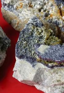 Cristalli di diossido di molibdeno (MoO2, in violetto).