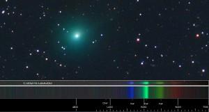 La cometa Lemmon.confrontata col suo spettro. Credit: RobK di Bright, Vic, Australia per lo spettro e anonimo per l'immagine. Rielaborazione: Il Poliedrico